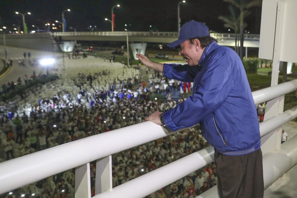 Daniel Ortega despidiéndose de sus pocos seguidores presentes durante la inauguración del paso a desnivel del 7 Sur. LA PRENSA/ TOMADA DE EL 19