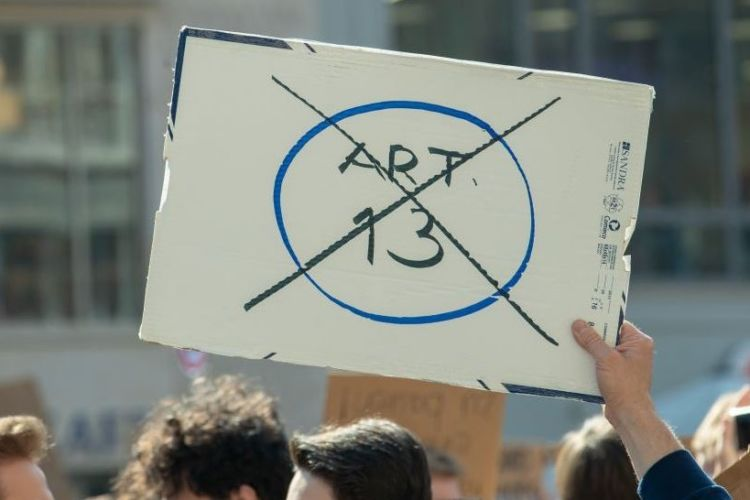 El Artículo 13 despierta malestar entre algunos internautas y empresas digitales. En Alemania, hubo varias protestas.BBC MUNDO/Getty Images