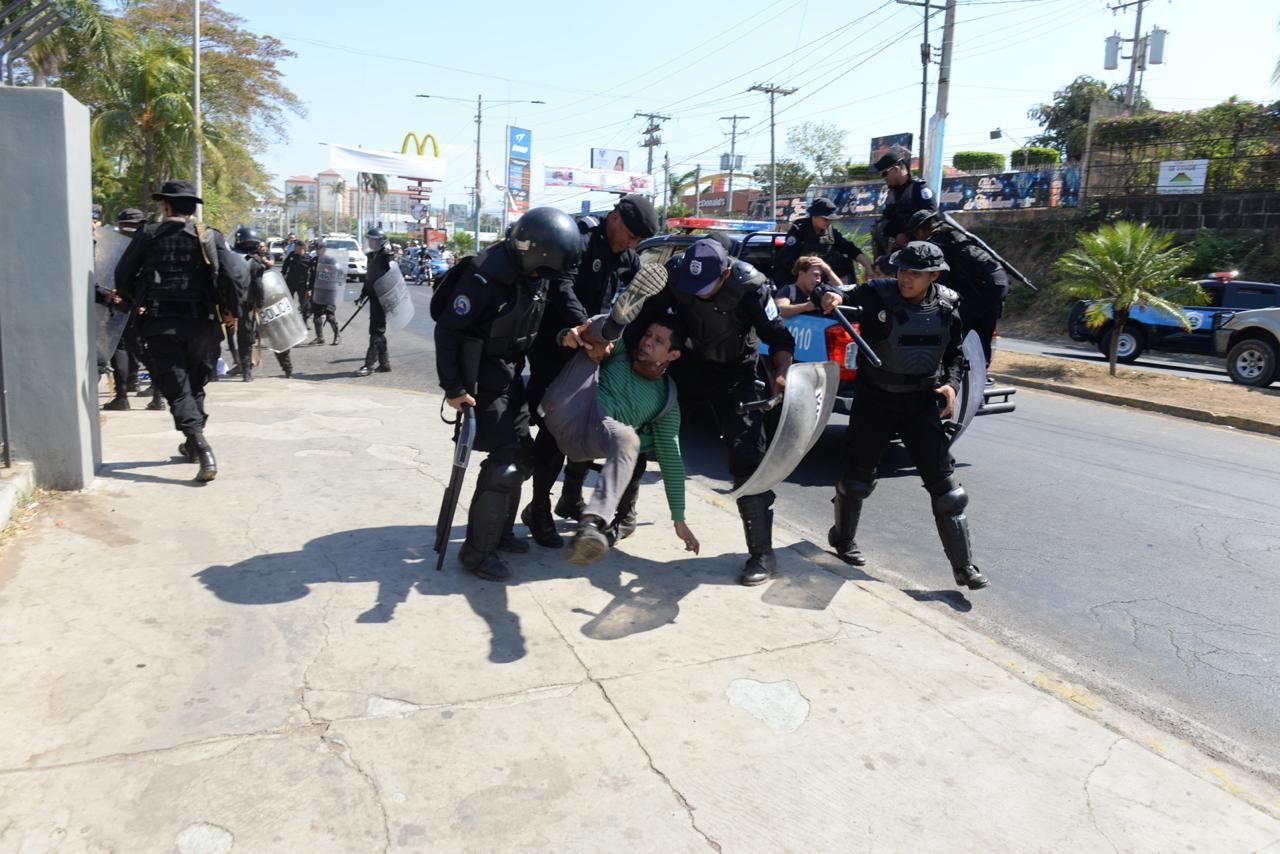 Los manifestantes detenidos y agredidos por la Policía Orteguista solo portaban banderas para protestar. LA PRENSA/ ÓSCAR NAVARRETE