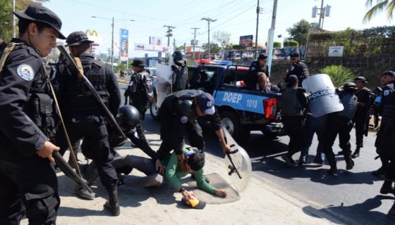 Varios manifestantes fueron capturados por los antimotines, entre ellos Flor Ramírez, la señora del huipil azul y blanco que no falta en las marchas. LA PRENSA/ÓSCAR NAVARRETE