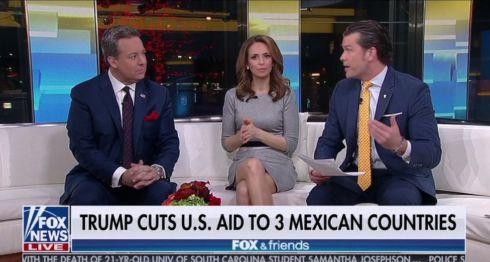 """""""Trump corta la ayuda estadounidense a tres países mexicanos"""", decía el cintillo.Fox & Friends"""