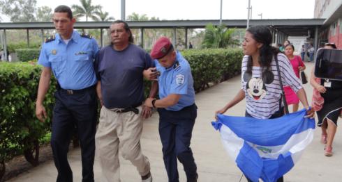 """El preso político Leo Navarrete Lumbí, quien estaba enfrentando un juicio político en libertad, fue secuestrado por la Policía Orteguista (PO) este mediodía. Su hija sacó entonces una bandera azul y blanco. """"Es por esto"""", dijo. LA PRENSA/ Alejandro Flores"""