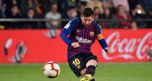 Lionel Messi anotó desde el punto de penalti al minuto 90 el tercer gol del Barcelona frente al Villarreal, este martes en la Liga española. LA PRENSA/AFP / JOSE JORDAN