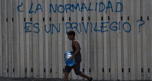 La escena de personas cargando bidones de agua por las calles de las ciudades de Venezuela se ha hecho cotidiana.Getty Images