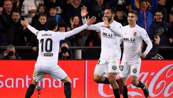 Ezequiel Garay (centro) anotó el segundo gol del Valencia frente al Real Madrid, este miércoles en la jornada de La Liga española. LA PRENSA/AFP / JOSE JORDAN