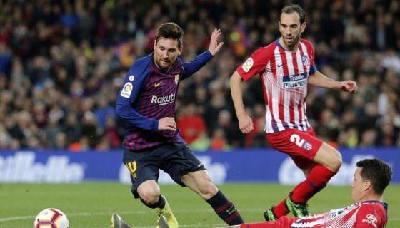 Lionel Messi supera a los defensores del Atlético de Madrid, antes de anotó el primer gol del Barcelona en el partido de este sábado en Barcelona. LA PRENSA/PAU BARRENA / AFP