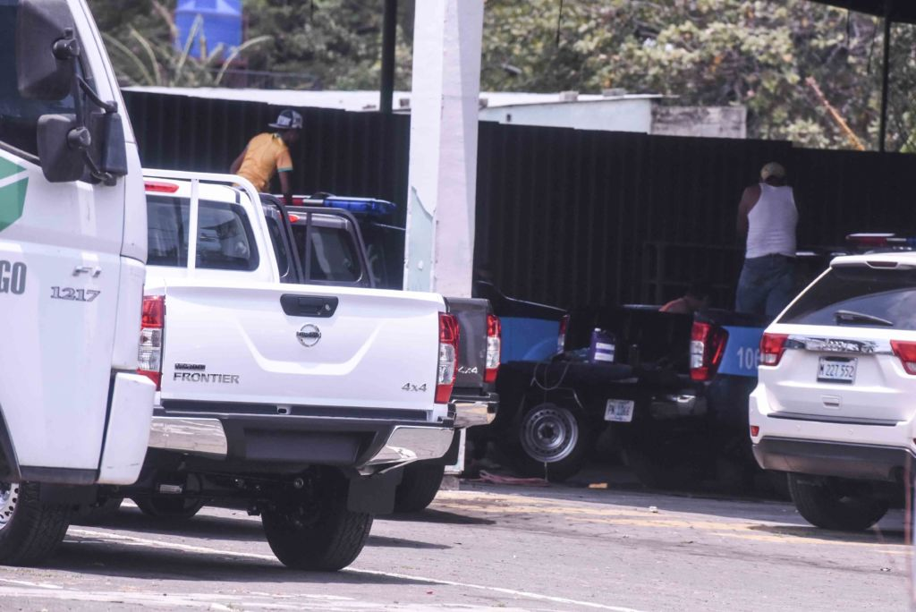 Las camionetas son llevadas este viernes a un taller para pintarlas como patrullas. En el interior del taller habían otras ya pintadas