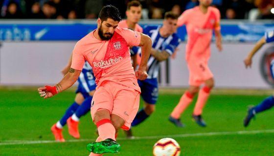 Luis Suárez anotó desde el punto de panalti el segundo del Barcelona este martes ante el Alavés, en la jornada de La Liga española. LA PRENSA/AFP / ANDER GILLENEA