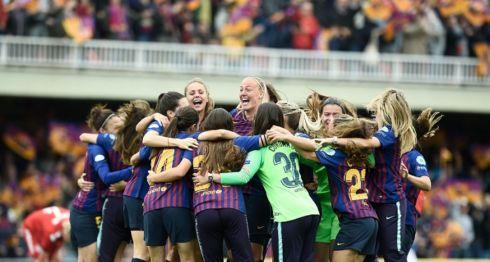 Las jugadoras del Barcelona celebran tras alcanzar la victoria frente al Bayern de Múnich, este domingo en el Mini Estadi de Barcelona. LA PRENSA/AFP / Josep LAGO