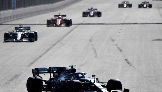 Valtteri Bottas por delante de los demás pilotos, este domingo en el GP de Azerbaiyán. LA PRENS/AFP / Alexander NEMENOV