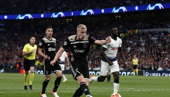 Donny van de Beek anotó el gol con el que el Ajax de Ámsterdan derrotó al Tottenham este martes en Londres, en la ida de semifinal de la Champions League. LA PRENSA/AFP/Adrian DENNIS