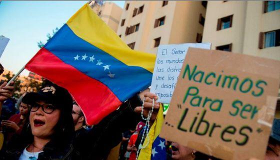 Venezolanos en Chile gritan consignas durante una manifestación contra el gobierno del presidente Nicolás Maduro. LA PRENSA/AFP/Martin BERNETTI