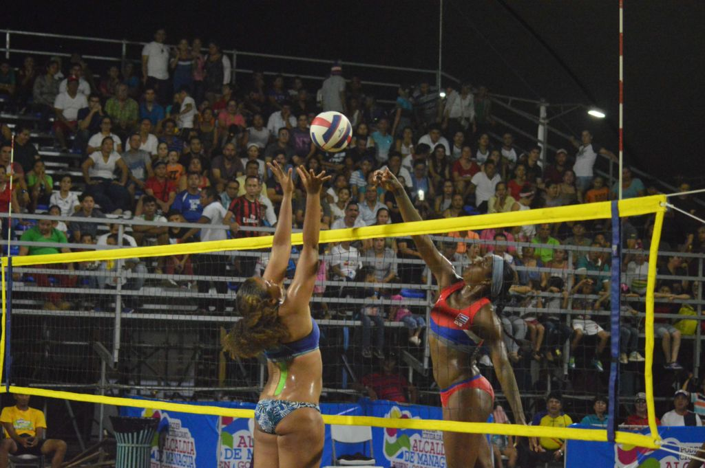 Ante un gran público, Nicaragua y Cuba disputaron la medalla de oro del Circuito Norceca de Voleibol de Playa en el Paseo Xolotlán, de Managua. Foto Cortesía FNVB.