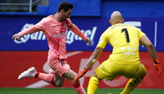 Lionel Messi anotó par de goles este domingo ante el Eibar, para finalizar como líder goleador de La Liga española y en espera de ser confirmado máximo anotador de todas las ligas europeas. LA PRENSA/AFP / STRINGER