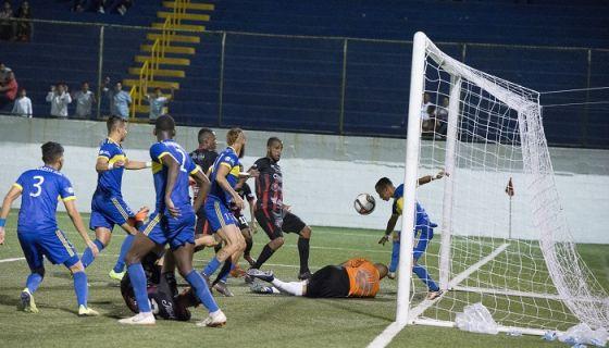 El portero Justo Lorente y el defensor Erick Mendoza evitaron el gol que hubiese eliminado al Managua FC. LA PRENSA/URIEL MOLINA