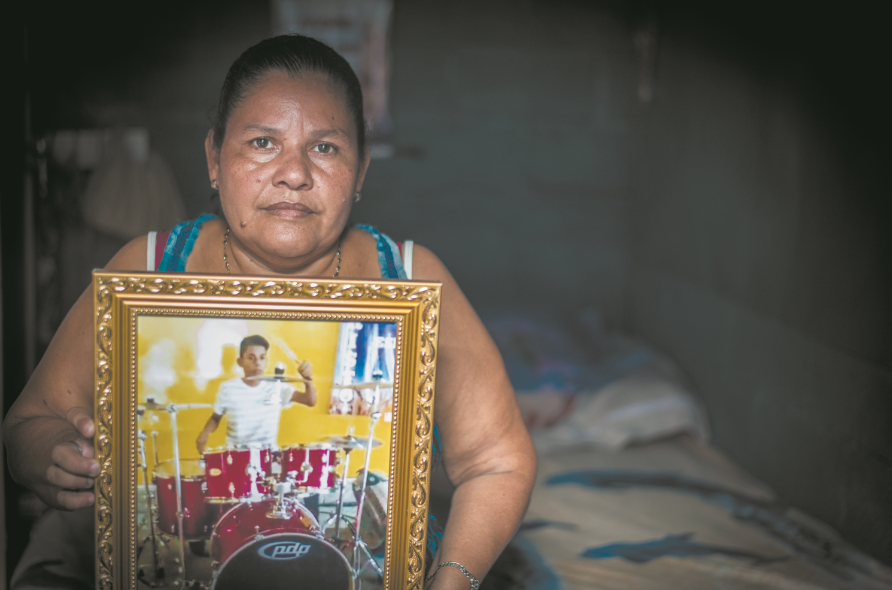 Yadira Córdoba, con el retrato de su hijo Orlando Aguirre Córdoba, asesinado durante el ataque de la Policía Orteguista a la marcha del 30 de mayo de 2018. O. Navarrete/LA PRENSA
