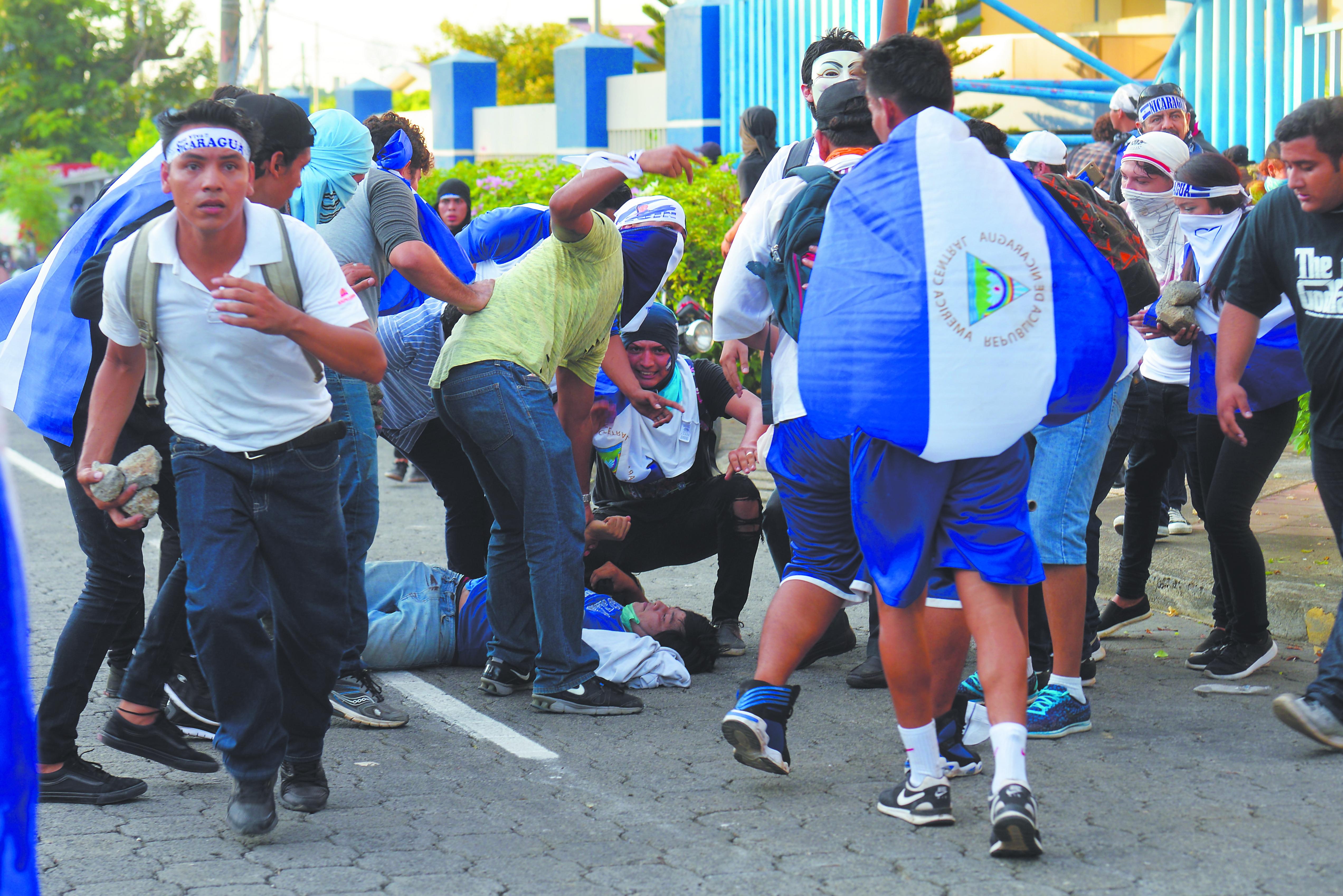 A las cinco de la tarde los manifestantes llegaron a la rotonda Rubén Darío y fue cuando se escucharon los primeros disparos. Foto Jader Flores/ LA PRENSA