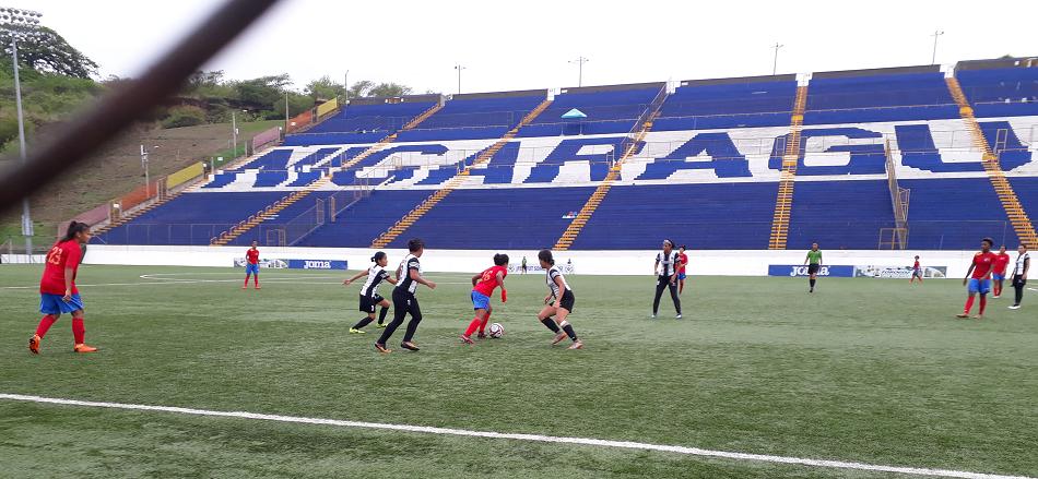 Duelo que ganó la UNAN-Mangua a Diriangén el domingo en el Estadio Nacional de Futbol. Foto Rosa Membreño.