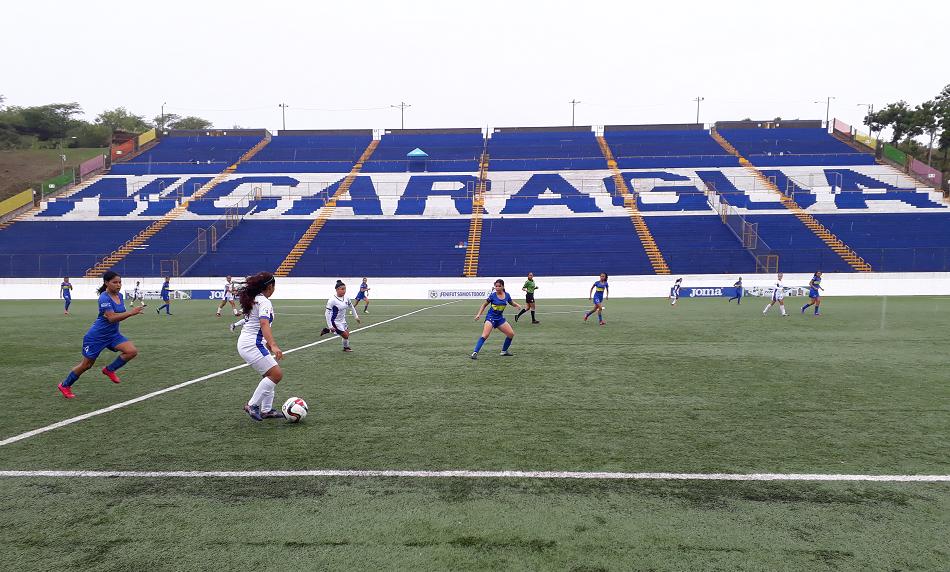 Choque entre Águilas de León y Managua FC el domingo en el Estadio Nacional de Futbol. Foto Rosa Membreño.