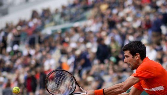 Novak Djokovic venció al suizo Henri Laaksonen y avanzó a la tercera ronda del Roland Garros. LA PRENSA/AFP/Kenzo TRIBOUILLARD