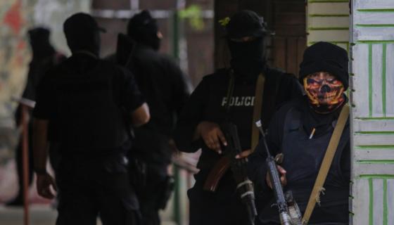 """Policías fuertemente armados días antes de la segunda """"operación limpieza"""" en Masaya, que les permitió entrar a Monimbó. LA PRENSA/AFP"""