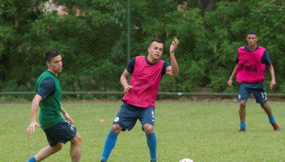 Carlos Montenegro (centro) en uno de los cuatro legionarios nicaragüenses que juega en el futbol costarricense. LA PRENSA/ARCHIVO