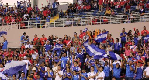 Los aficionados nicaragüenses de la grada norte en el Estadio Nacional. LAPRENSA/ CORTESÍA/ AMPRENSA.COM