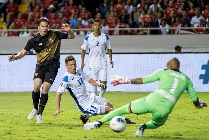 Bryan Oviedo anotó el primer gol de Costa Rica frente a Nicaragua, en la Copa Oro. LA PRENSA/AFP/Ezequiel BECERRA