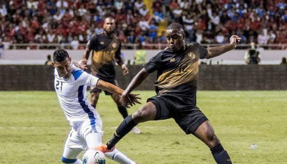Joel Campbell (derecha) disputa el balón con Francisco Flores, este domingo en el partido entre Costa Rica y Nicaragua en la Copa Oro. LA PRENSA/AFP/Ezequiel BECERRA
