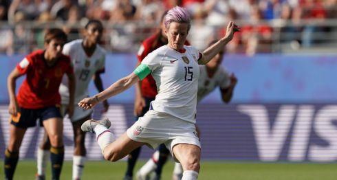Megan Rapinoe (15) anotó desde el punto de penalti el gol que le aseguró el avance a cuartos de final a Estados Unidos, al vencer a España este lunes en el Mundial de Fútbol Femenino, en Reims, Francia. LA PRENSA/ AFP/ Lionel BONAVENTURE