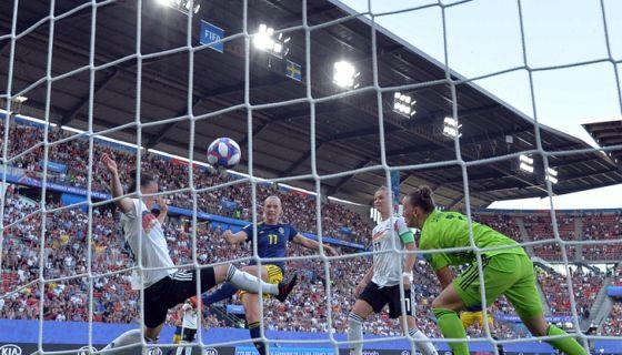 Stina Blackstenius anotó el gol que le dio el triunfo a Suecia ante Alemania y el avance a semifinal de la Copa Mundial de Futbol Femenino, este sábado en París. LA PRENSA/AFP / loic VENANCE