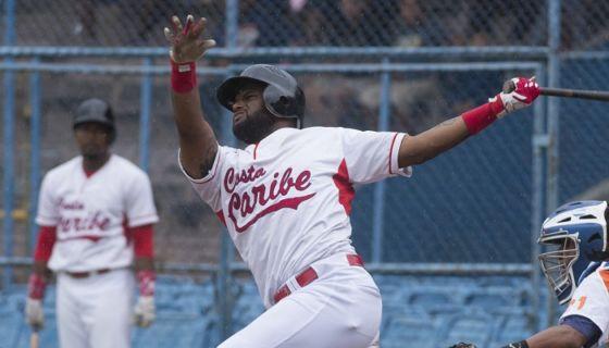 Dwight Britton disparó un jonrón de tres carreras en el segundo inning, para abonar al triunfo de la Costa Caribe sobre el San Fernando, este sábado en el estadio Stanley Cayuasso de Managua. LA PRENSA/Jader Flores