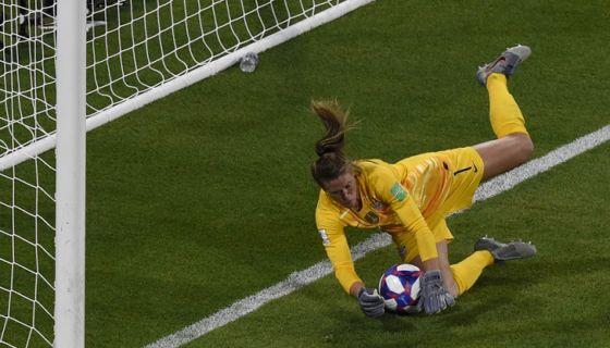 Alyssa Naeher bloqueó el tiro de penalti y preservó al triunfo de Estados Unidos sobre Inglaterra, este martes en semifinales del Mundial de Futbol Femenino, en Lyon, Francia. LA PRENSA/ AFP/ Jean-Philippe KSIAZEK