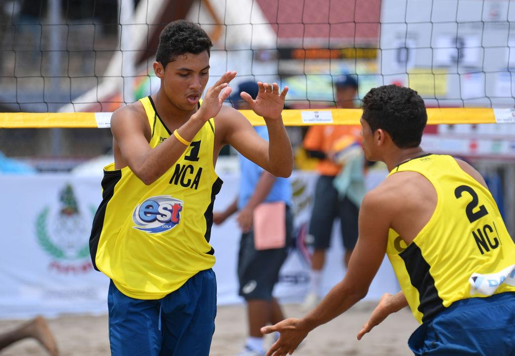 Jefferson Cascante (1) y Denis López (2) en el Mundial de Voleibol Playa Sub-21 en Tailandia hace un mes. Foto Cortesía FNVB.