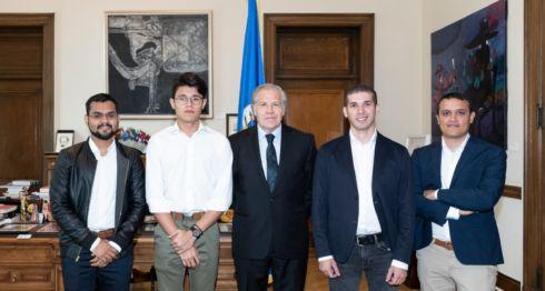 Lesther Alemán junto a otros estudiantes nicaragüenses se reunieron este viernes con Luis Almago, para actualizarlo sobre la crisis que vive Nicaragua