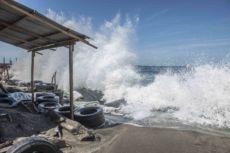 Las olas amenazan a tres barrios del puerto más importante de Nicaragua y peligran más. LA PRENSA/Oscar Navarrete