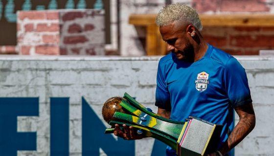 Neymar parece tener un pie fuera del PSG y el otro dentro del Barcelona, aunque el cambio podría tardar más de lo esperado por las hinchadas de ambos equipos. LA PRENSA/AFP/Miguel SCHINCARIOL