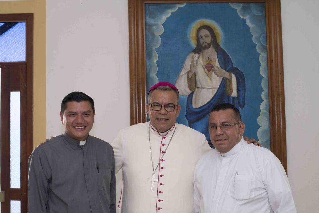 El Obispo René Sándigo junto de sus sacerdotes, en Acoyapa donde brindó esta entrevista para LA PRENSA