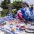 Llaveros, pulseras y muñecas: las artesanías que venden los excarcelados para mantener a sus familias, en imágenes