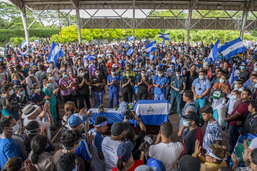 """Vela del cuerpo de Jommy Parajón uno de los ciudadanos que fue asesinado en la Upoli. Este recinto universitario fue durante más de 50 días uno de los """"bastiones"""" de resistencia contra la dictadura de Daniel Ortega. LA PRENSA/Archivo"""