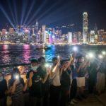 Miles de hongkoneses forman cadena humana en forma de protesta