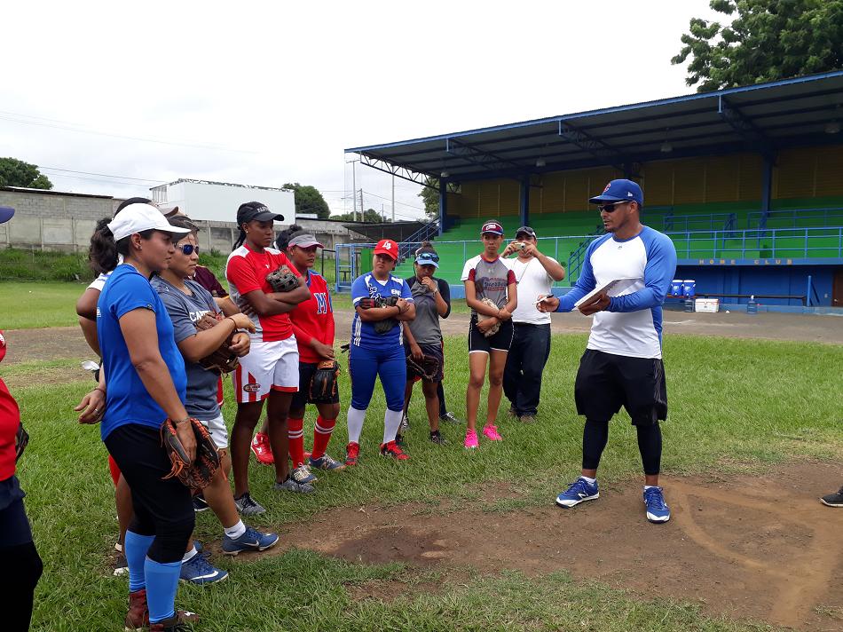 Dorian García le explica y aclara a las seleccionadas diversas situaciones de juego en el Estadio Amistad Dodgers. Foto LA PRENSA/ROSA MEMBREÑO.