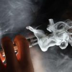 Cigarrillo electrónico: la «inexplicable enfermedad» que causó la primera muerte asociada al uso de vaporizadores