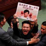 Caos en la legislatura de Hong Kong tras ataque a líder de las protestas