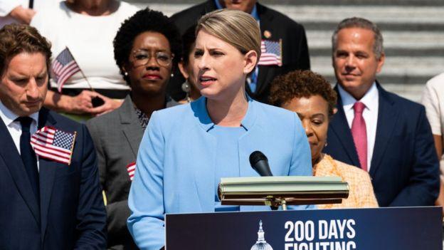 Renuncia congresista Katie Hill, tras publicación de fotos íntimas