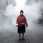 Crisis en Ecuador: ¿qué hay detrás de la foto más emblemática de las protestas indígenas? (y por qué las mujeres son clave en este movimiento)