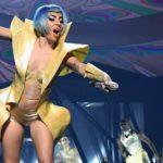 Lady Gaga: la estrepitosa caída de la artista desde el escenario junto a un fan durante un show en Las Vegas