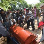Sepultan a profesora que falleció tras volcarse bus en carretera Telica-Malpaisillo