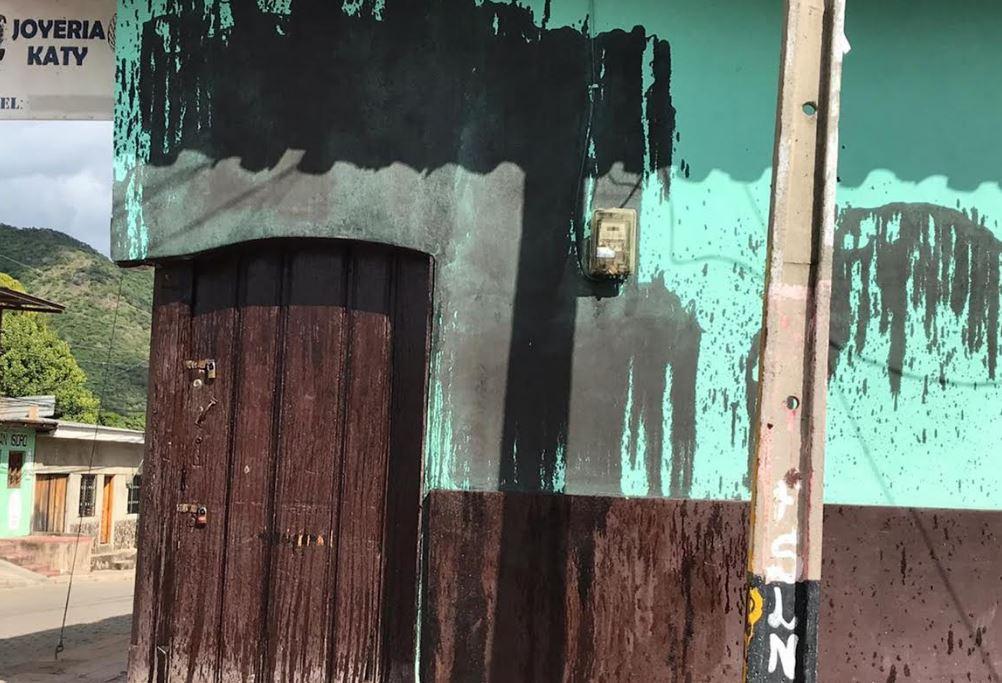 Fanáticos orteguistas manchan con aceite negro casa de opositor en Somoto, Madriz - La Prensa (Nicaragua)