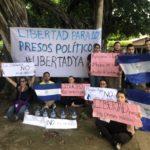 Manifestantes de la iglesia El Cristo de Las Colinas rodeados por antimotines